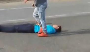 Scena socante in Alba. S-au certat in trafic, iar unul din ei a coborat, i-a dat un pumn, si l-a lasat inconstient pe un tanar