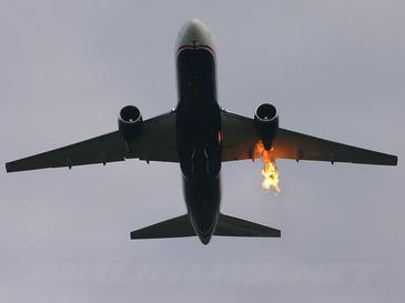 """Un avion ce venea din Sicilia la Bucuresti a lovit o pasare, iar motorul a fost cuprins de flacari - Mai multi pasageri au fost raniti. Reactia companiei: """"Doi pasageri au facut atac de panica"""""""