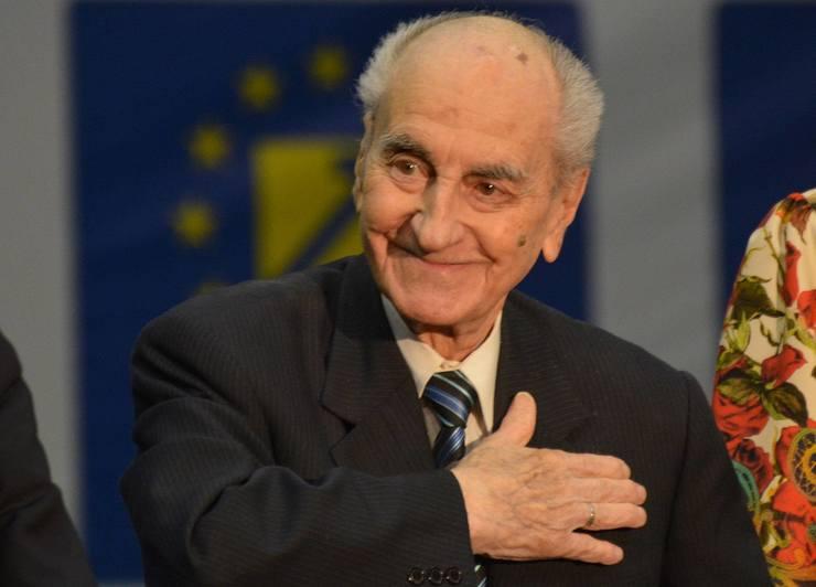 Povestea singurului fiu al lui Mircea Ionescu Quintus! Inmormantarea politicianului a fost amanata pentru ca Razvan sa-si conduca tatal pe ultimul drum