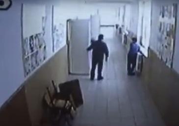 Imagini socante intr-o scoala din Rovinari! Un profesor a batut crunt un elev pe hol! L-a dat de mai multe ori cu capul de hidrant