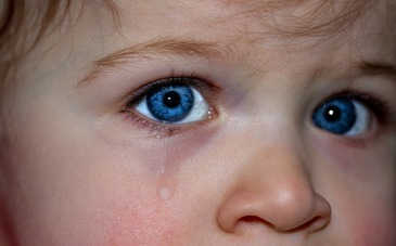 Fetita de un an si noua luni din Galati, batuta frecvent de mama si concubinul acesteia
