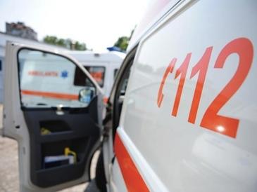 Copilul de trei ani a fost lovit de un microbuz condus de un adolescent; familia acestuia spunea ca baiatul a cazut dintr-o caruta