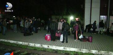"""Panica si neliniste in trenul care a deraiat la Dej: """"S-a simtit o zdruncinatura"""". Nervosi, peste 200 de calatori s-au trezit lasati cu bagajele scoase-n camp."""