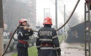 Incendiu puternic la o hala industriala din judetul Buzau, peste 20 de pompieri fiind mobilizati pentru stingere