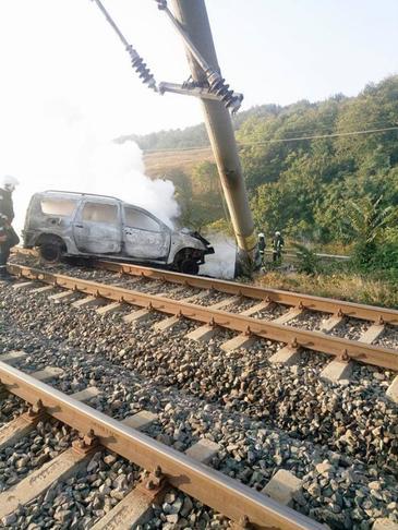 Trafic feroviar si rutier oprit intre Adjud si Onesti, dupa ce un autoturism a rupt un stalp de curent