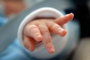 Un tata din Focsani si-a snopit in bataie fetita de 3 luni! Medicii s-au ingrozit cand au vazut loviturile