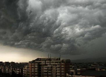 Capitala se pregateste intens pentru o furtuna mare in weekend - ISU Bucuresti Ilfov ii sfatuieste pe oameni sa nu iasa din case si sa isi instaleze aplicatia pentru avertizari