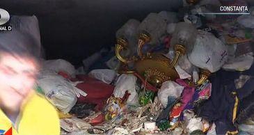 Un batran, blocat in propriul apartament dupa ce a strans 200 de metri cubi de gunoaie! A fost la un pas sa moara dupa ce gunoiul a cazut peste el