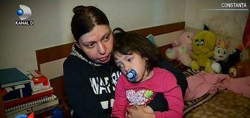 Drama fetitei care a fost abandonata de tata cand a aflat ca s-a nascut cu o tumoare pe creier. Risca sa moara de foame daca mama ei nu strange urgent bani de operatie