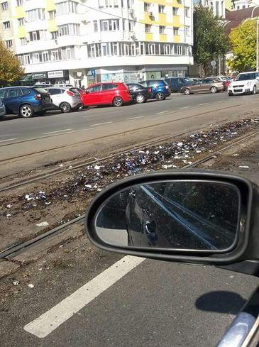 Ingenios. Ce au pus soferii din Bucuresti pe liniile de tramvai ca oamenii sa nu mai depaseasca coloanele de masini - Risti sa iti strici autoturismul daca mergi pe acolo