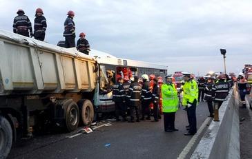 Accident grav in Bucuresti! O basculanta scapa de sub control a lovit patru masini