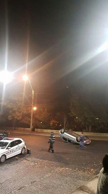 Un sofer s-a rasturnat cu masina, in Capitala, in timp ce era urmarit de politisti, care au tras si focuri de arma! Barbatul nu avea permis de conducere