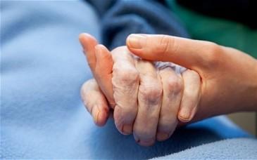 O femeie de 80 de ani a ajuns la spital dupa ce a incurcat sticla cu aghiasma cu cea de diluant