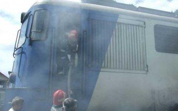 O locomotiva a unui tren in care se aflau 100 de pasageri a luat foc in Mures