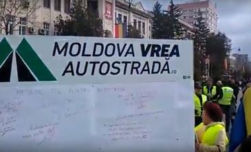 Lant uman la Iasi pentru constructia autostrazii Ungheni-Iasi-Targu Mures. Peste 2.000 de oameni au luat parte la eveniment