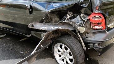 Accident soldat cu trei victime la Arad. Un microbuz si o masina s-au ciocnit violent