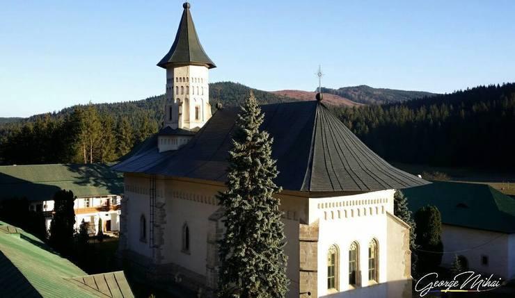 Cadru natural de basm la poalele muntilor Stanisoara. Aici, domnitorul Alexandru Lapusneanu a ridicat o manastire superba