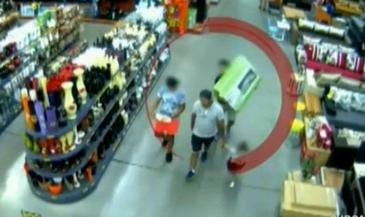Pana unde s-a ajuns! Un sibian isi invata fiica de numai trei ani cum sa fure din magazine! Omul, alaturi de minora si alti doi baieti, au reusit sa pagubeasca un urias supermarket