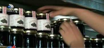 Un preot din Buzau a gasit solutia ca sa NU mai aiba nevoie de donatii. Si-a facut o super afacere cu dulceturi si muraturi!