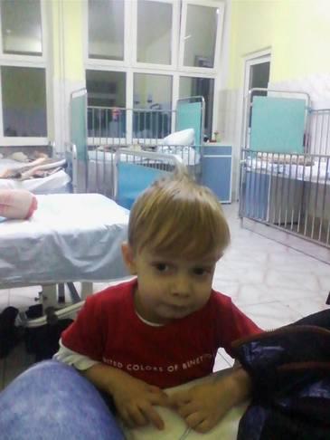 Cazul lui Rafael este incredibil! Are 2 ani jumate si sta singur de 3 luni intr-un spital din Bucuresti, pentru ca mama lui l-a abandonat. Infirmierele au grija de el de atunci