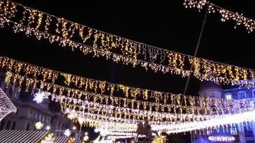 Iluminatul festiv de sarbatori va fi aprins in Capitala vineri seara, cand se deschide si targul de Craciun din Piaţa Constituţiei. Targul din Piaţa Victoriei va fi deschis in 5 decembrie