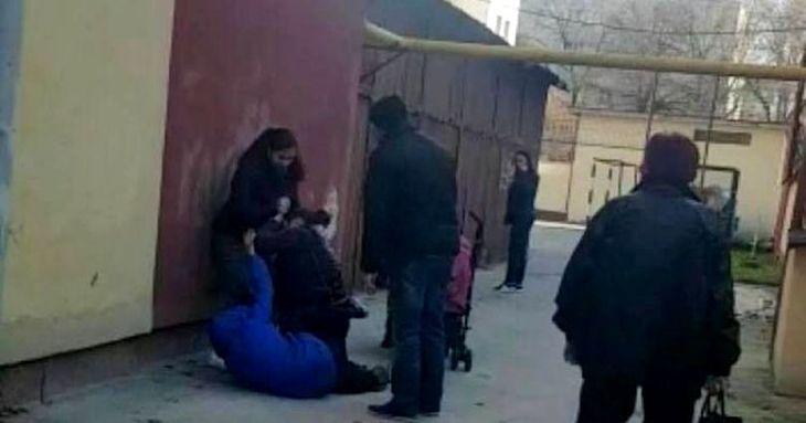 Scene halucinante in curtea unei scoli din Slatina! Trei mamici s-au luat la bataie in fata copiilor