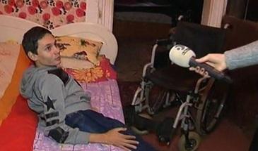 Lectie de curaj! O mama din Timisoara face sacrificii de neimaginat pentru a-si intretine fiul imobilizat intr-un scaun cu rotile