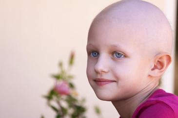Parintii unei fetite bolnave de cancer au fost obligati de instanta sa continue tratamentul copilului