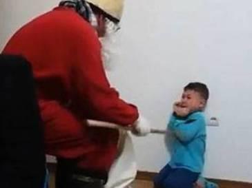 Imagini revoltatoare. Copil umilit de un barbat deghizat in Mos Nicolae