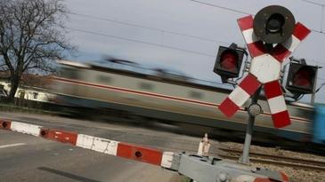 O masina in care se aflau cinci persoane a fost izbita in plin de un tren!