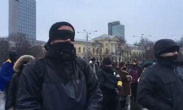 Flashmob in Piata Victoriei! Sute de oameni s-au legat la ochi si la gura in semn de protest fata de legile justitiei!
