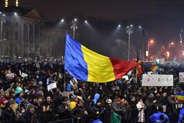 """Mii de protestatari au marsaluit din Piata Victoriei pana la Palatul Parlamentului! Manifestantii au strigat """"Jos comunistii"""" si s-au ciocnit cu jandarmii!"""