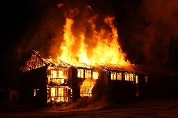 O familie cu doi copii mici a ramas pe drumuri, in prag de sarbatori, dupe ce un incendiu le-a distrus casa!