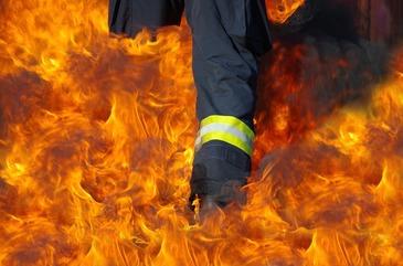 Un batran din Arad si-a incendiat casa in seara de Ajun. Pompierii au reusit sa-l salveze