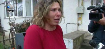 Imagini sfasietoare, in scara unui bloc din Iasi. O mama s-a prabusit la picioarele executorului judecatoresc si al fostului sot veniti sa-i ia copilul
