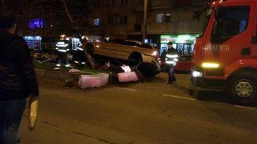 Accidentul care a ingrozit aseara Bucurestiul! Doi tineri au ajuns la spital, dupa ce masina lor a intrat intr-un pom!