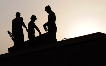 Doi muncitori din Ploiesti au fost raniti dupa ce o grinda a cazut peste ei