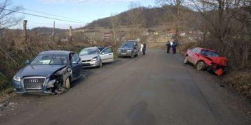 Noua persoane au fost ranite, in Mures, in urma ciocnirii dintre trei masini. O persoana a ramas incarcerata