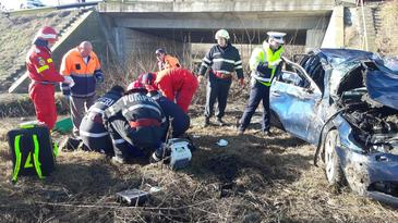 Doi tineri au fost raniti grav, dupa ce au plonjat cu masina de pe un pod