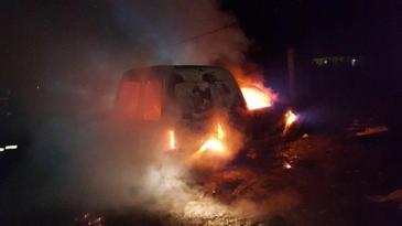 O masina a fost incendiata intr-o comuna din Bistrita-Nasaud. Focul ar fi fost provocat intentionat