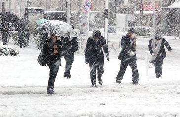 Iarna si-a intrat in drepturi! In Bucuresti se circula in conditii de iarna, mai multe artere fiind acoperite de zapada