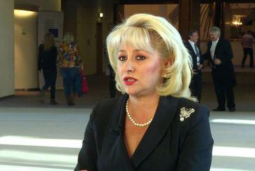 Viorica Dancila, batuta in plina strada! Viitorul premier al Romaniei a fost agresat pentru ca a rupt doua afise cu Traian Basescu