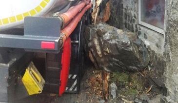 Pericol de explozie in Zarnesti! Mai multi localnici au fost evacuati, dupa ce o cisterna cu benzina s-a izbit de zidul unei case