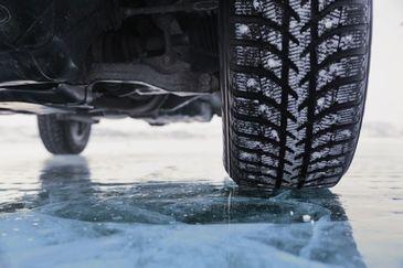 Sapte autotrenuri, blocate pe Valea Oltului din cauza drumului acoperit cu un strat de zapada sub care s-a format polei