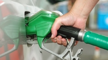 """""""Nu ne mai permitem sa facel plinul la masina"""". Soferii din Romania se plang de cresterea preturilor de la pompa - Barilul de petrol a ajuns la un pret record pe pietele internationale"""