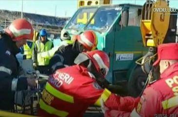 Un pompier si-a riscat viata pentru a salva un muncitor care cazuse intr-un put foarte adanc!