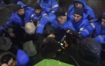 VIDEO Un jandarm s-a napustit cu pumnii asupra protestatarilor!