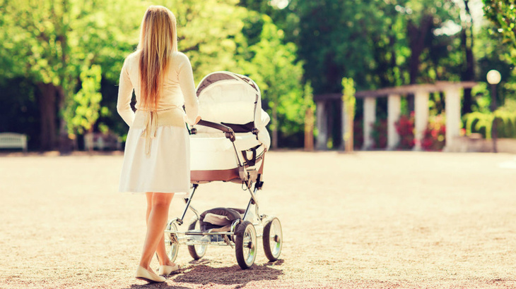 Scene de groaza intr-un parc din Satu Mare! Mama cu un bebelus in carucior, atacati de o haita de caini