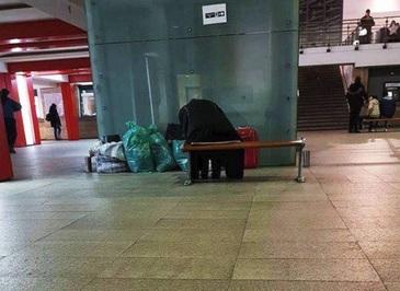 """Cutremurator! O batranica a fost lasat de familia ei in gara din Craiova - """"Mi-au adus toate bagajele si mi-au spus sa ii astept aici"""" - De o luna doarme acolo, saraca"""