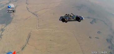 Au dat dovada de un curaj nebun! Cinci barbati din Statele Unite au pus la cale o cascadorie pe care nici in filme nu ati vazut-o: au sarit cu masina din avion!